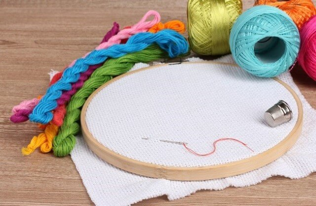 Вышивание позволит создавать картины или украшать одежду